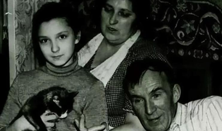 Олеся Железняк с родителями в детстве