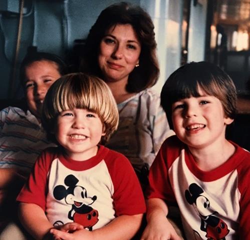 Крис Эванс (справа) с мамой, братом и сестрой в детстве