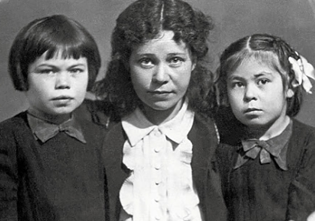Жена Кадрия с дочерьми Адой и Лейлой