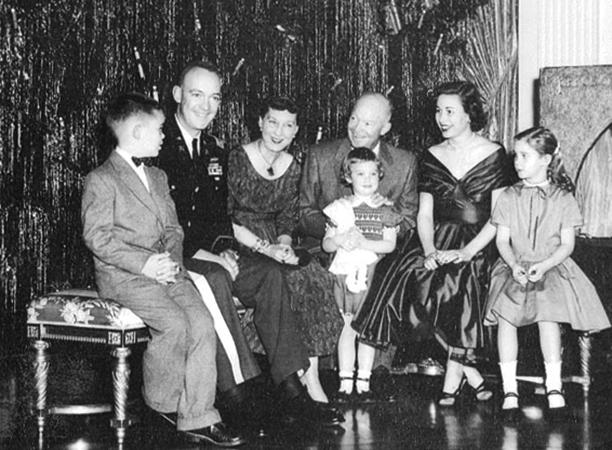 Дуайт Дэвид Эйзенхауэр с женой, сыном и внуками