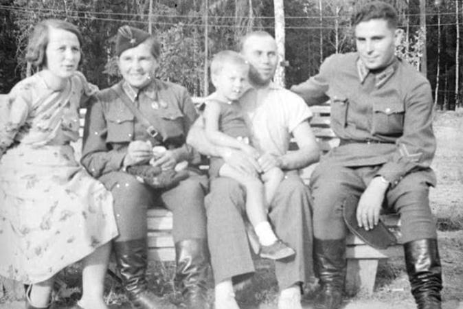 С мужем Александром (в форме). Рядом неизвестные женщина и мужчина с ребенком