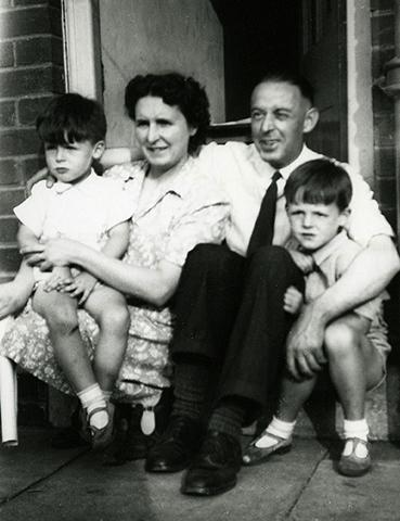 Пол Маккартни (справа) с родителями и братом в детстве