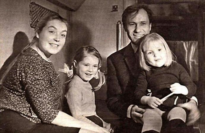 Ольга Шукшина (на руках у отца) с родителями и сестрой Марией