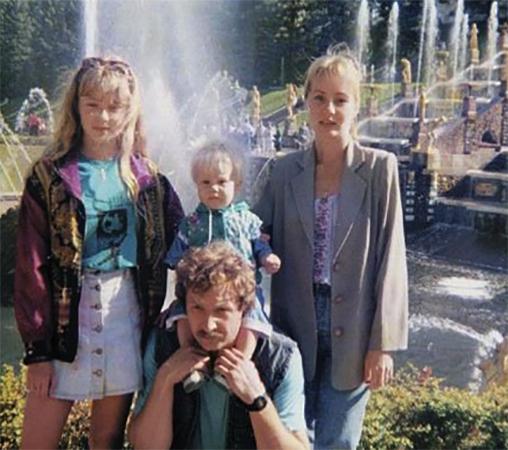Карина Разумовская (слева) с семьей в детстве