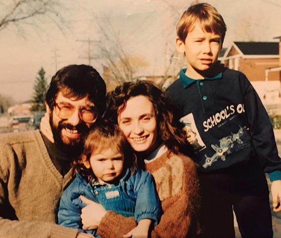 Нина Добрев в детстве с родителями и братом