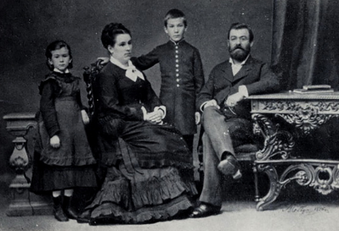 С родителями и братом (1876)