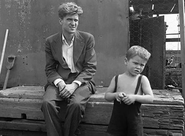 С отцом в детстве