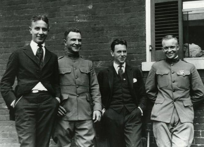 Эйзенхауэр (крайний справа) с тремя друзьями (Уильямом Стулером, майором Бреттом и Полом В. Робинсоном) в 1919 году, через четыре года после окончания академии Вест-Пойнта.