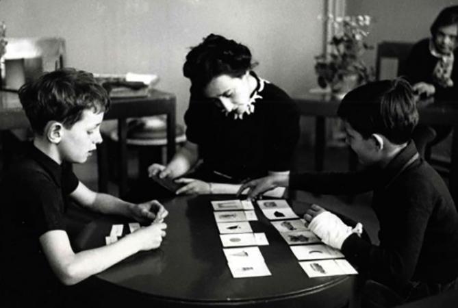Мария Монтессори занимается с детьми