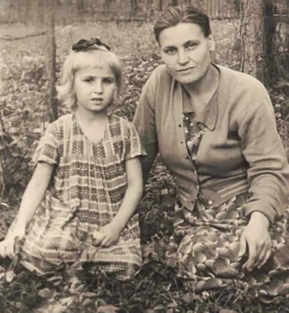 Галина Коньшина с мамой в детстве
