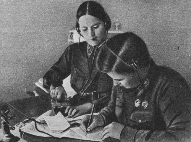 Марина Раскова и Полина Осипенко готовятся к полету (1938)