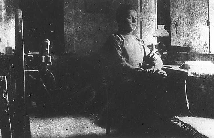 Сергей Лазо за столом в своей комнате в с. Езерены (1915)