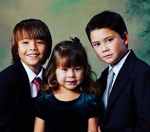 Марк Дакаскос с братом и сестрой