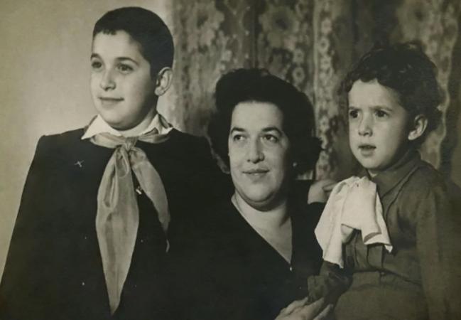Юлий Гусман (слева) с мамой и братом