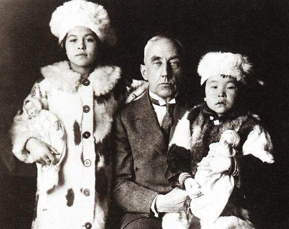 С приемными дочерьми Камиллой и Кагонитой