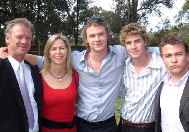 Крис Хемсворт с родителями и братьями