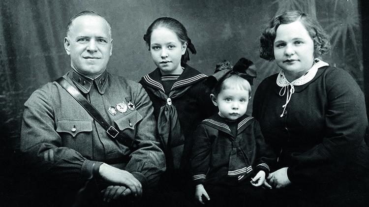 Эра Жукова с родителями и младшей сестрой Эллой