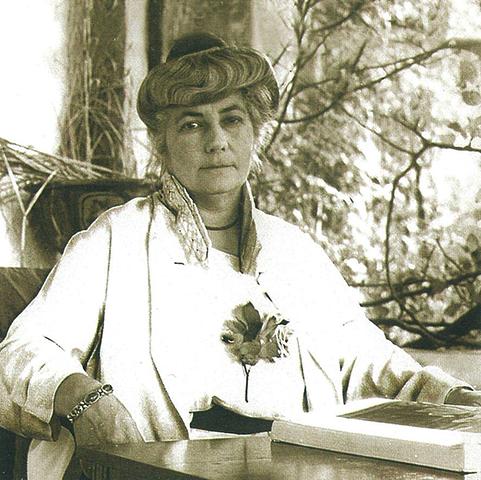 Елена Рерих с книгой