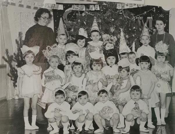 Елена Кравец в детстве (второй ряд, вторая слева)