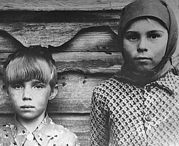Валентина Теличкина (слева) в детстве