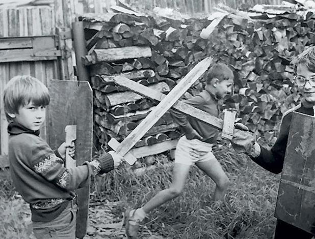 Дмитрий Глуховский в детстве (слева)