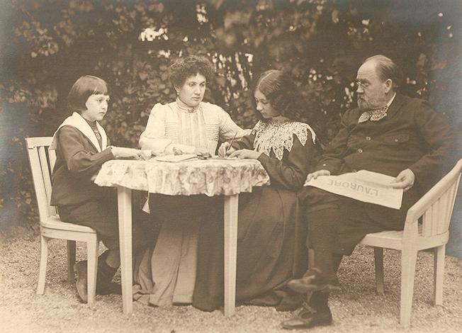 Эмиль Золя с женой и детьми