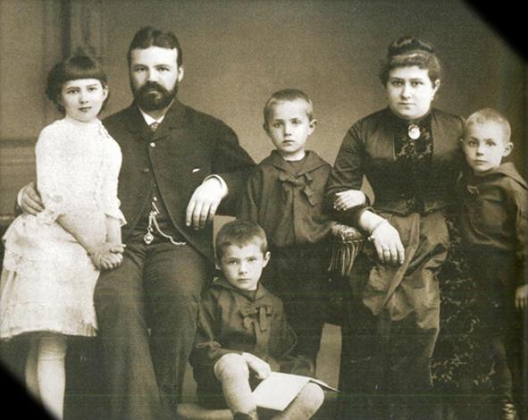 С женой Евдокией и детьми Николаем, Василием, Владимиром, Марией