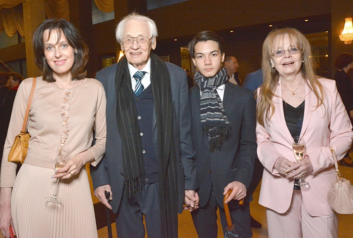 С женой Натальей, дочерью Натальей и приемным сыном Кириллом
