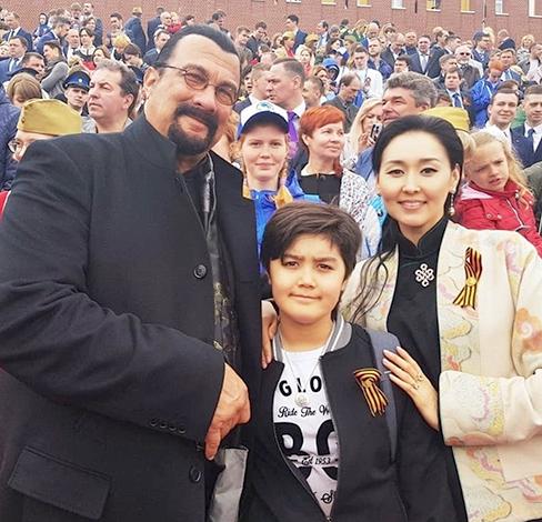 С женой Батсухийн и сыном Кунзаном