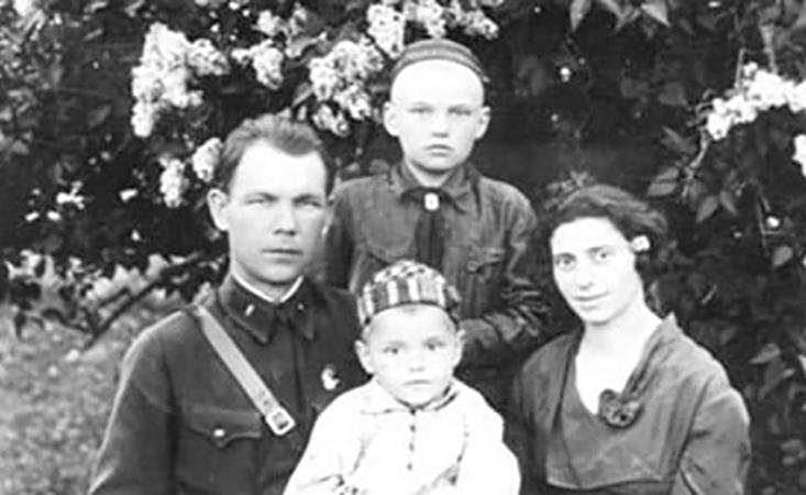 Римма Казакова (в светлом) с родителями и братом