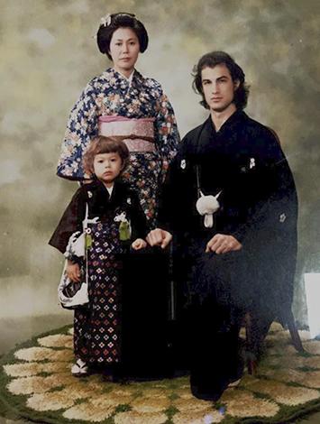 С первой женой Мияко и сыном Кентаро