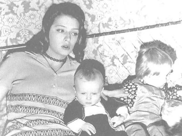 Аркадий и Никита с матерью