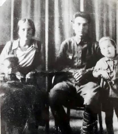 Чингиз Айтматов с родителями
