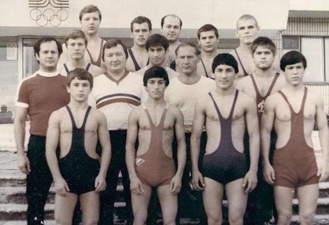 Юный Александр Карелин (верхний ряд, справа)