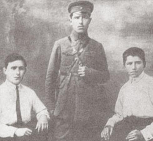 Михаил Янгель (справа) с братьями Константином и Александром (1926)