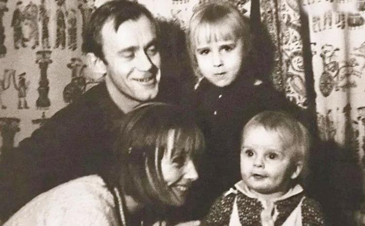 Александр Носик с родителями и сестрой в детстве