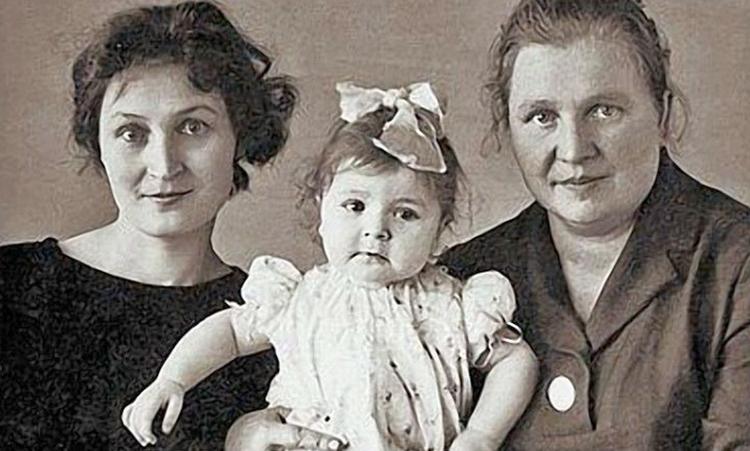 Жанна Агузарова с мамой и бабушкой в детстве