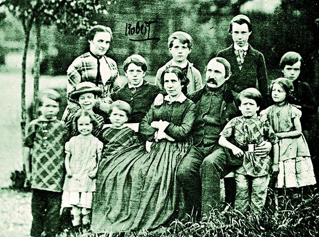Роберт Кох (верхний ряд, второй слева) с семьей в детстве