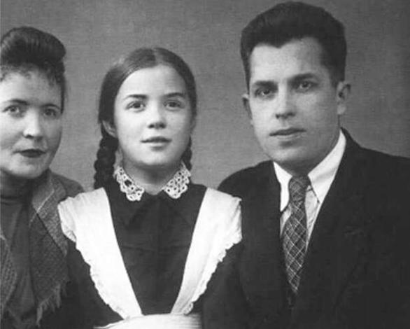 Светлана Карпинская с родителями в детстве
