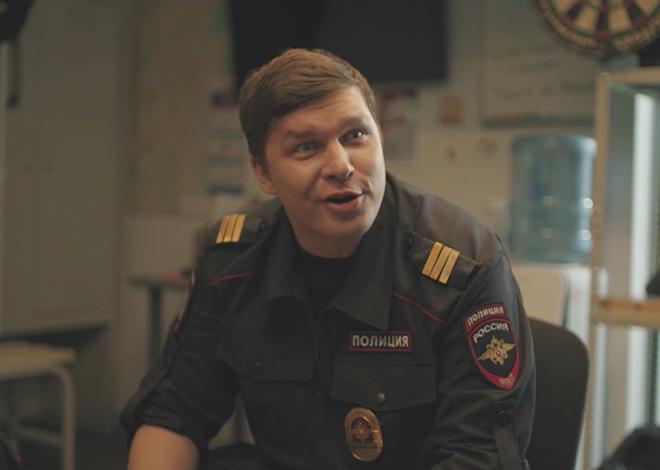В фильме «Девушки с Макаровым» (2021)