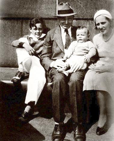Стэн Ли (слева) с родителями и младшим братом