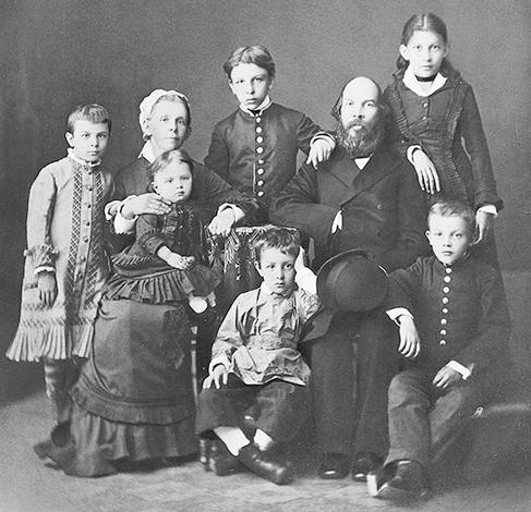 С семьей (Владимир Ленин — справа)