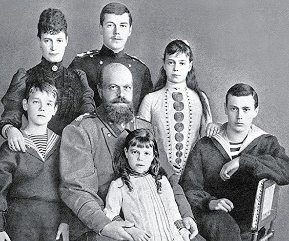 Михаил Александрович (слева) с семьей в детстве
