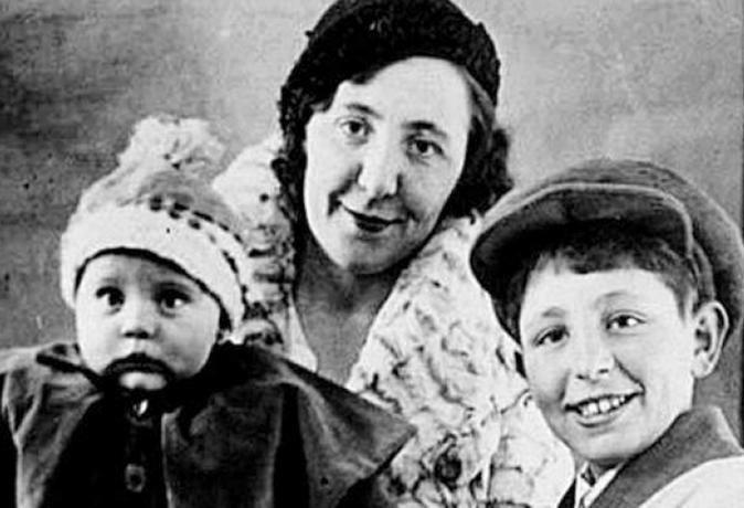 Эрнст Неизвестный с мамой и младшей сестрой
