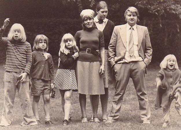 Борис Джонсон (слева) с семьей в 1977 г.