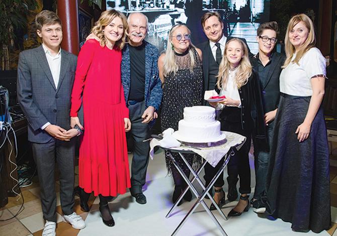 Татьяна Михалкова с семьей и близкими