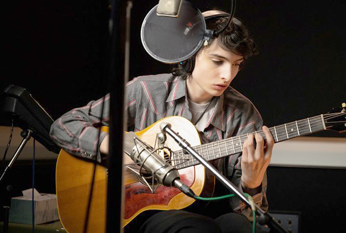 Финн Вулфард с гитарой