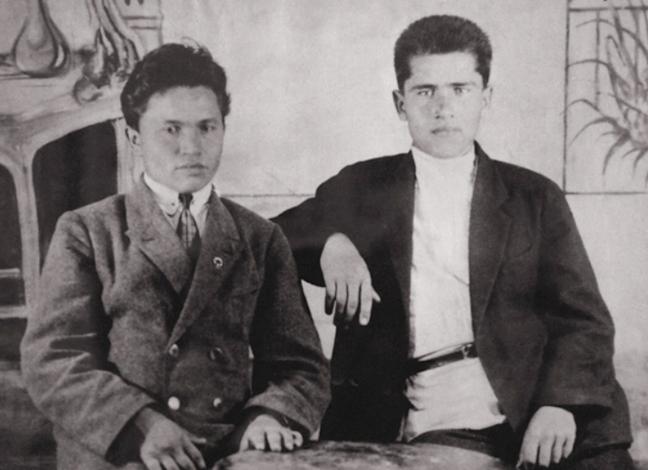 Михаил Янгель (справа) с товарищем во время работы помощником мастера ткацкого цеха (1927-1928)