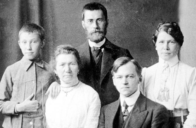 Михаил Лаврентьев с родителями и их друзьями. Геттинген, Германия (1911)