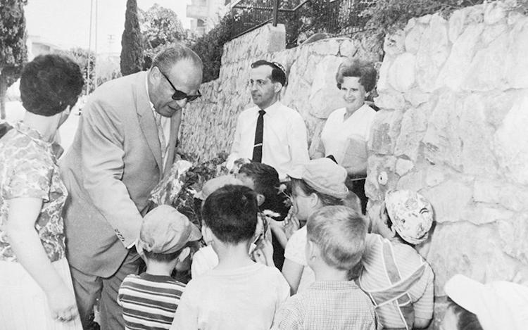 Оскар Шиндлер в Израиле с местными детьми (1963)